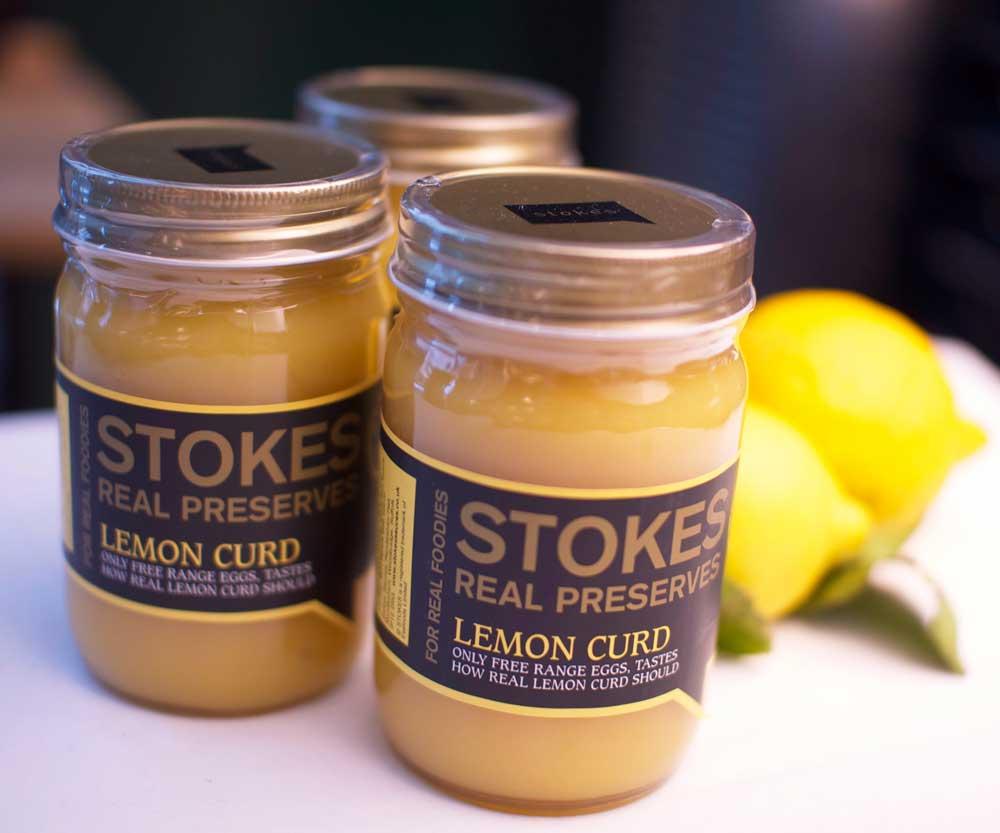 Sitroner, smør og pasteuriserte økologiske egg. Prøv ristet brød og et lag med lemon curd.