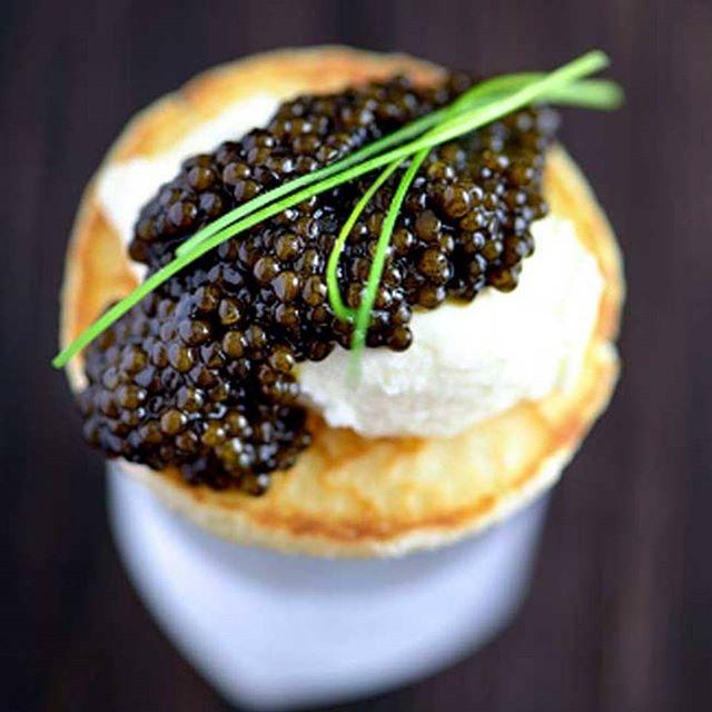 caviar på blinis med rømme