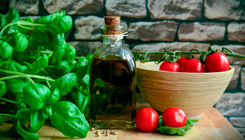 basilikum, tomat, olivenolje