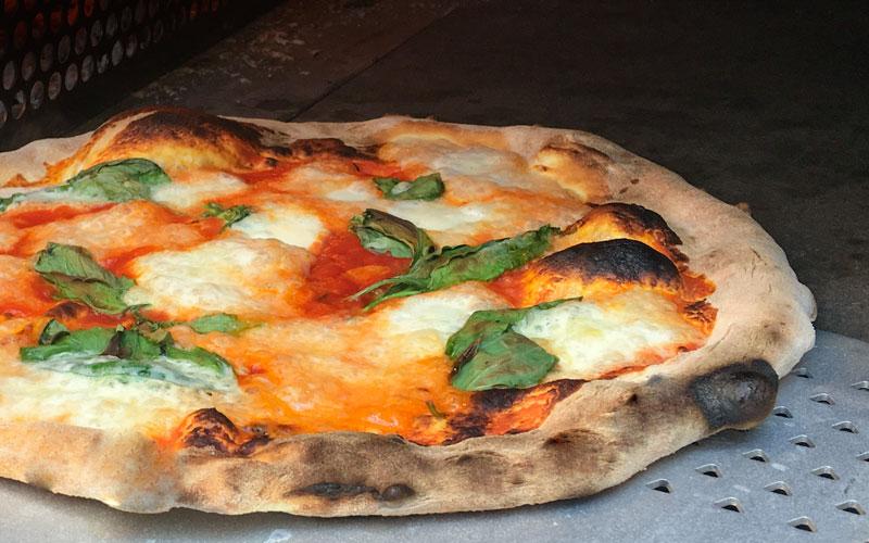 Pizza buffalata fra Maschmanns Bakeri